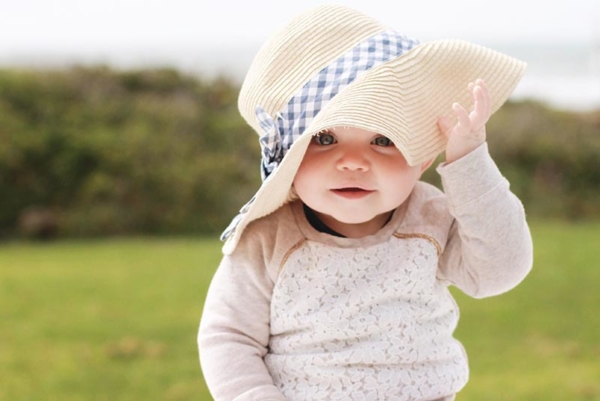 Baby with sunhat.