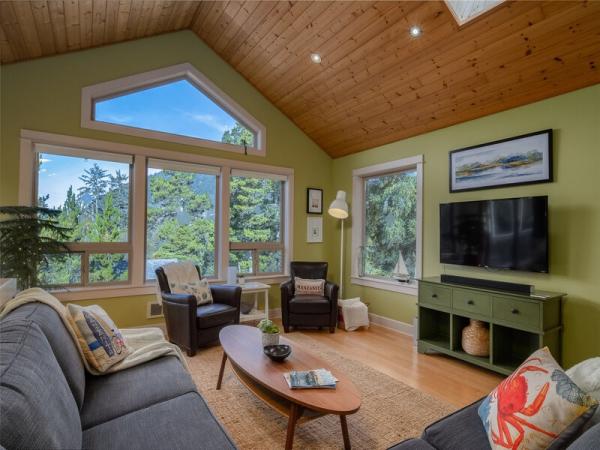 Treehouse Hideaway living room